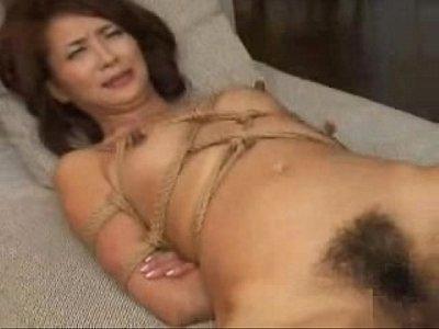 美人熟女が縄で縛られ全身をオイルマッサージ