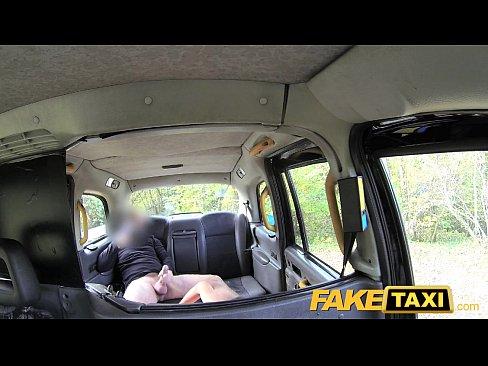 Beleza Italiana recebe sexo anal profundo no taxi