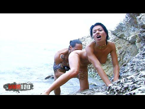 Esposa asiatica trepando com homem musculoso