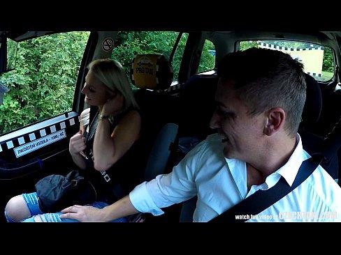Taximetrist Norocos Este Rugat De Blonda Sa Faca Sex Cu Ea In Masina