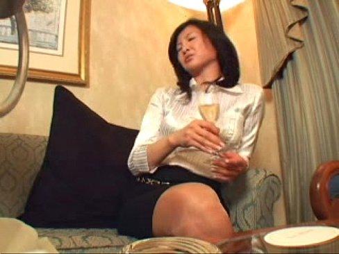 美人で妖艶な雰囲気を出す熟女さんがシャツからおっぱい出してセックスしたそうに恥じらいを見せる