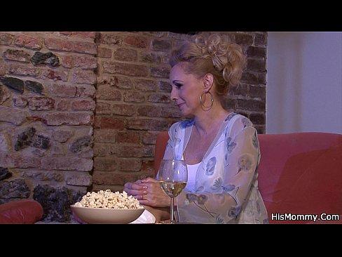 O Femeie In Varsta Isi Linge Invitata Mai Tanara In Pizda
