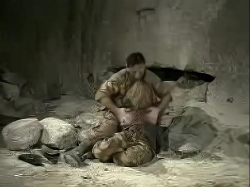 Loira safada forçada a trepar com soldado