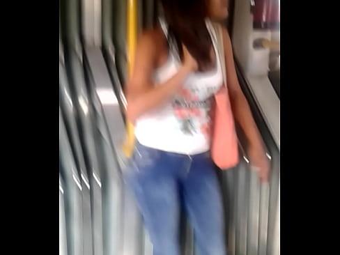 Encontré a esta rica chica en el metro