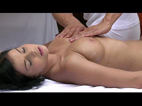 Gostosão fazendo massagem na jovem pra ela gozar em seu cacete
