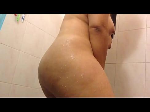 Le meto mano a mi culona mientras ella toma un baño y le encanta que la manosée