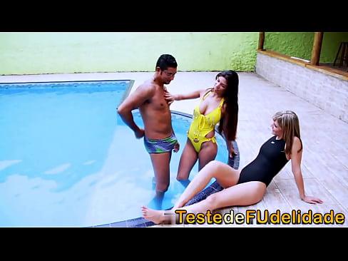 Professor de natação seduzido por alunas gostosonas