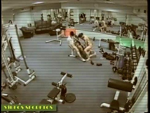Uma mulher e dois homens trepando dentro da academia