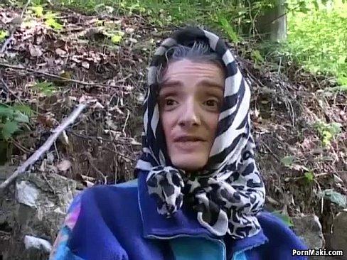 Mulher Madura Tomando Rola Na Floresta