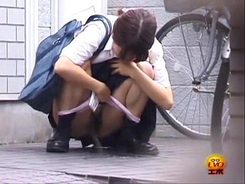 「漏れちゃう><」学校帰りの女子校生が我慢できずに人の家の前でオシッ...