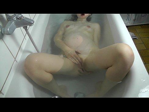 Novinha Flagrada Se Masturbando Com Ducha No Banho