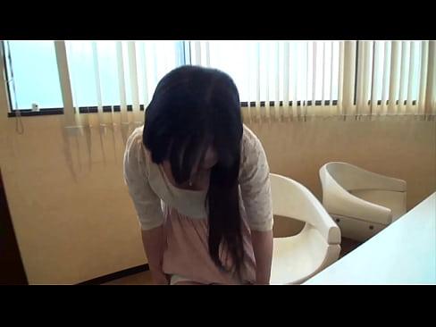 【無料エロ動画】童顔美少女の水野優奈がオナニー使用の生パンツを素人男...