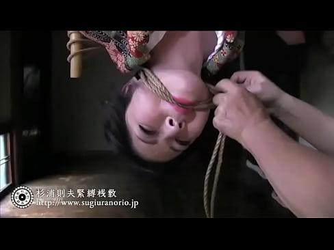 熟女のSM無料おばさん動画。妖艶な和服美熟女が逆さ吊り緊縛調教されてる...