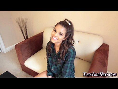 Latina levando pica na cara em vídeo porno
