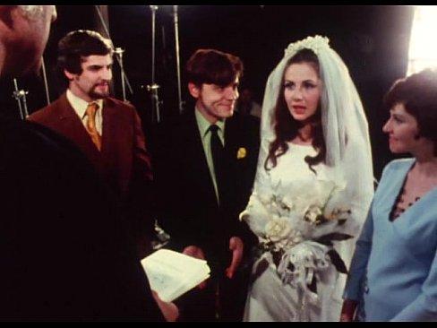 Noivo da um boquete na hora do casamento
