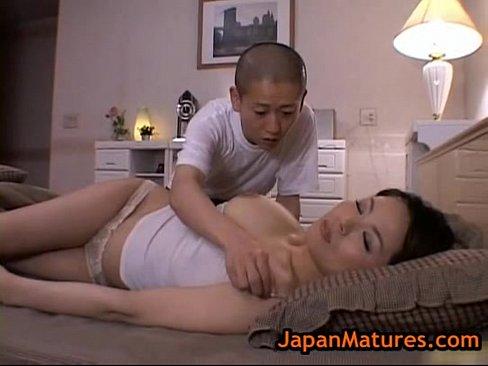 【佐藤美紀】寝ている母の乳房を揉みしだくマザコン息子