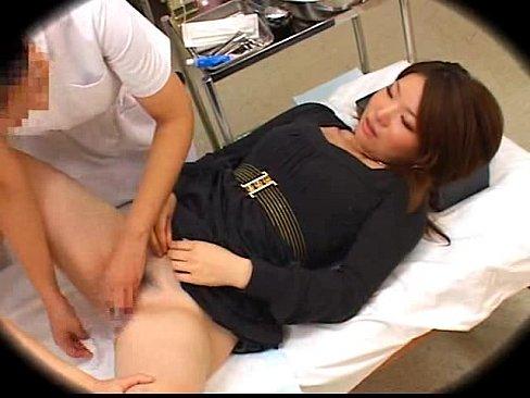 産婦人科にきたお姉様が、何故か看護婦さんにアソコを刺激されて感じちゃう  素人