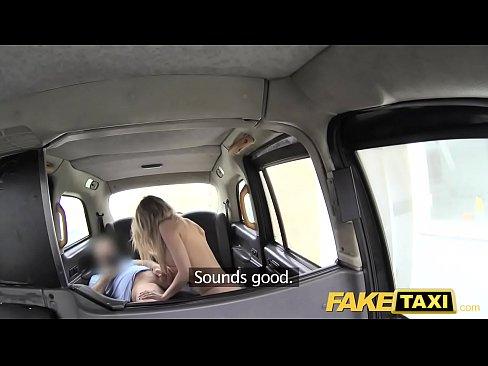 Taximetristul Prinde O Blonda Porno Care Freaca Pula Cu Picioarele