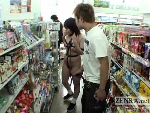 ほぼ全裸で過激な格好の巨乳女を野外に連れ出し調教露出散歩!
