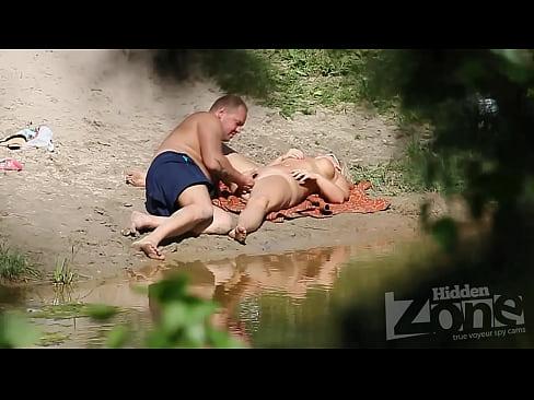 На берегу водоёма чувак пальцем трахает толстушку блондинку