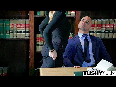 Tushi sendo punida por seu chefe