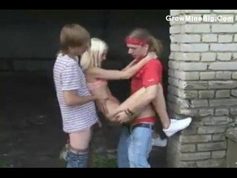 Две русские девушки и два парня на улице.