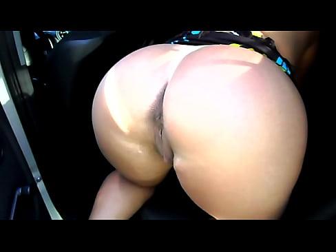 Casada do rabão grande oferecendo a buceta molhada na traseira do carro