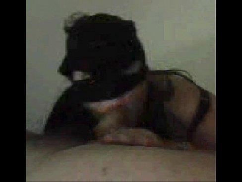lei con mascherina succhia il cazzo al suo uomo in cam davanti a tutti,che troia