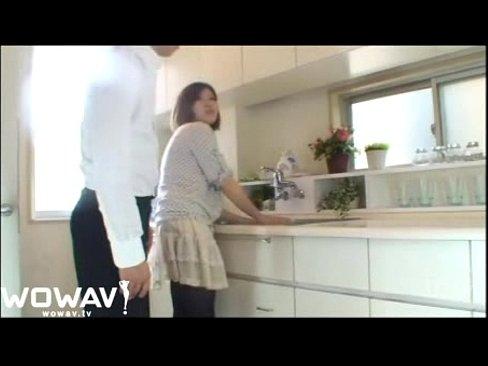 朝からヤリたくなりキッチンで料理をしている奥さんの締りのいいマンコに肉...
