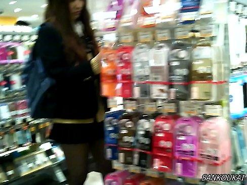 【無料エロ動画】雑貨屋で黒スト通学服通学服今時ギャルをはみパン逆さ撮...