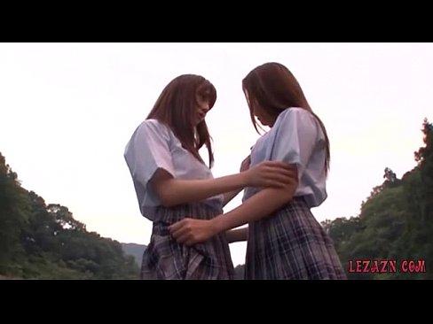 JKの制服コスプレプレなみづなれいが、野外でレズビアンプレイしてる  みづなれい  【エロ動画】
