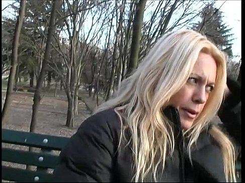 Пикапер в парке снял блондинку без трусов и наблюдает за её мастурбацией