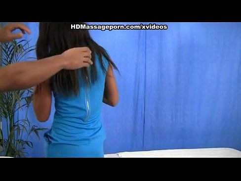 Vídeo em hd com uma safadinha fazendo uma massagem acompanhada de sexo