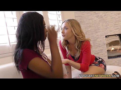 Karla e Daya numa diversão lesbica
