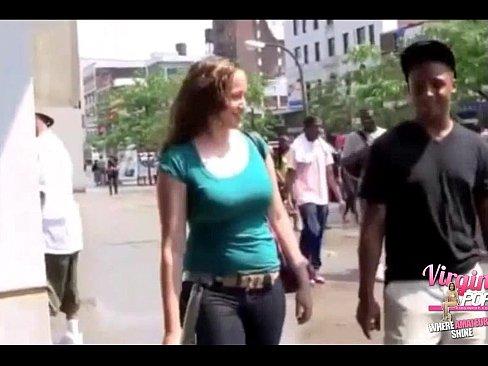 Latina tenta sua primeira trepada anal