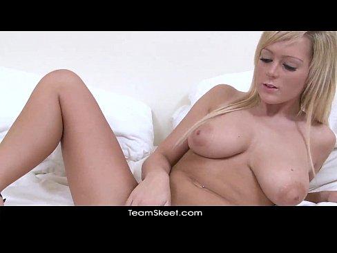 Videos de Sexo Sexo loiraça peituda gostosa se masturband...