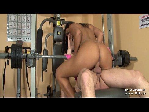 Секс с французской брюнеткой в тренажёрной комнате