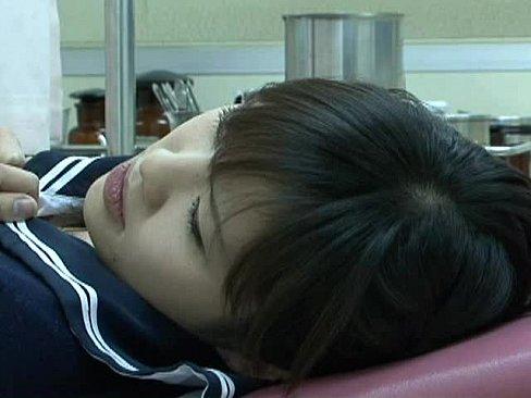 【無料エロ動画】生理不順に悩んで来院した可憐な少女を弄び治療行為と偽...