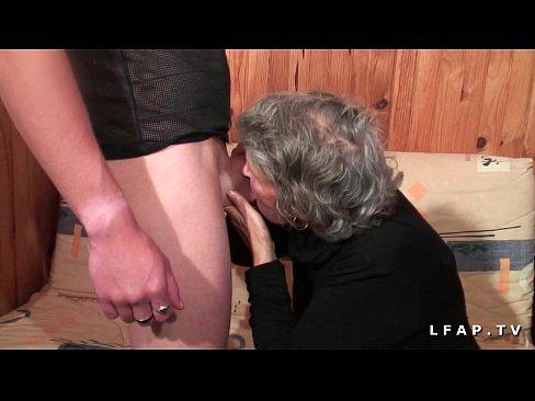 Vielle salope amatrice se fait enculer et fister par un jeunot en casting porno