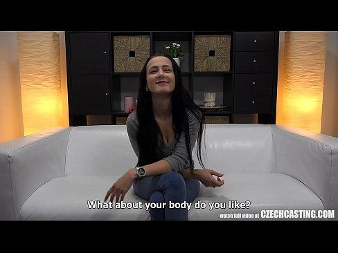 Rainha do anal trepando no sofa branco