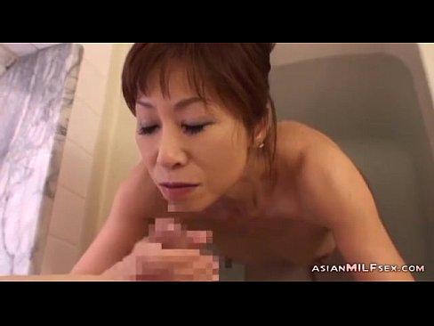 華奢な熟女が、お風呂でポコチンをしゃぶるのに夢中ですよ!  素人