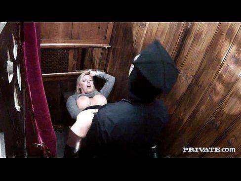Un Barbat Cu Masca Pe Fata Fute O In Sala De Judecata