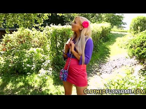 Fute O Blonda Super Simpatica Si Ii Ejaculeaza Pe Hainele Ei Preferate