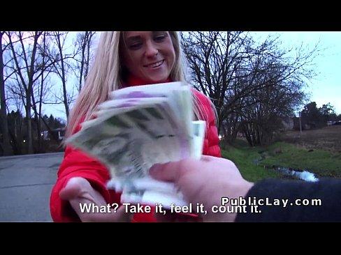 Blonda Amatoare De Pula Primeste Bani Intr-Un Parc Pentru Un Sex Surpriza