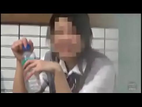 (10代小娘)街中でセイフク女子○生10代小娘が親友と一緒に見事な放物線を描きながら外尿してるぞぉwwwwww