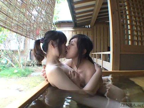 温泉にて、女の子の無料おばさん動画。仲良しな女の子同士で温泉旅行に行っ...