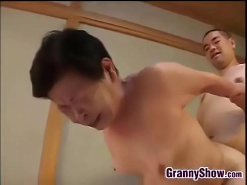 ぽっちゃりの熟女のフェラ無料jukujyo動画。還暦越えどころか、80...