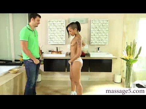 Novinha da banheira para a rola