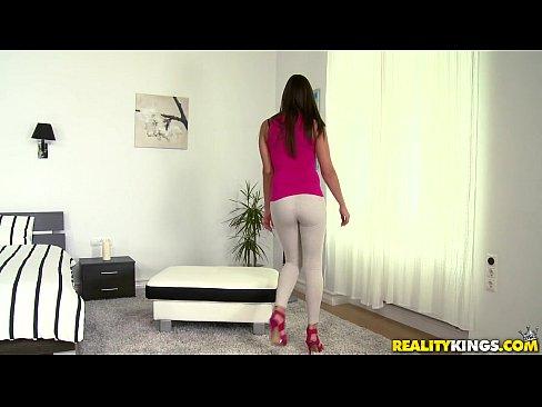 Novinha sendo paga para fazer sexo
