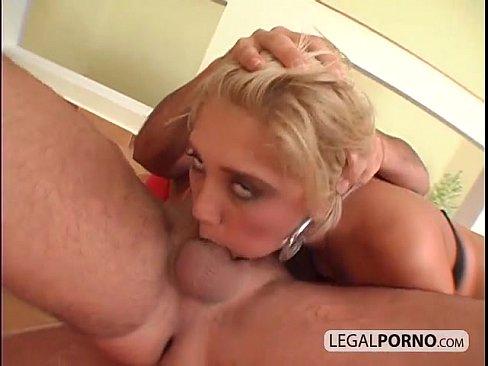 Loira engasgando em sexo anal brutal